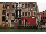 SU E ZO - gori doli po mostovih BenetkVčasih je prav neverjetno, kako velike stavbe stojijo na lesenih pilotih