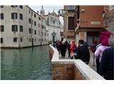 SU E ZO - gori doli po mostovih BenetkDvignjena ograja kot del obrambe pred vsakoletnimi poplavami. Povsod to ni mogoče
