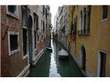 SU E ZO - gori doli po mostovih BenetkIn spet eden od manjših, komaj za dva čolna širok