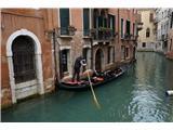SU E ZO - gori doli po mostovih BenetkOzki kanali so idealni za pristno doživetje Benetk iz vodne gladine