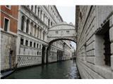SU E ZO - gori doli po mostovih BenetkBližina Markovega trga že kaže bogastvo tega predela