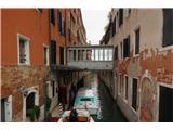 SU E ZO - gori doli po mostovih BenetkTakole so se znašli prebivalci. Sosednji hiši sta bili verjetno last iste rodbine