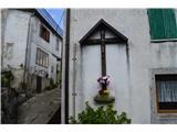 Znamenja (križi in kapelice) na planinskih potehKriž v vasi.