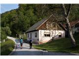 Rokovnjaška planinska potVeliko je starih domačij, nekatere so obnovljene, druge ne