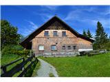 Slovenske planine v vseh letnih časihPlaninski dom na planini.