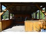 Slovenske planine v vseh letnih časihDom lahko gosti veliko pohodnikov-noter in zunaj.Odprt je skoraj vsak dan od desete ure naprej.