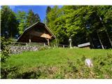 Slovenske planine v vseh letnih časihNa planini je tudi lovska koča.