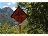 Znamenja (križi in kapelice) na planinskih potehKriž na poti dol v vasico Biacesa.