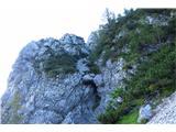 Begunjščica - V greben...votlinica, nad katero pelje travnati prehod...