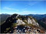 Stegovnikpo udobnem, a razgibanem grebenu naprej na vzhodni vrh, ki je za 8 m višji od zahodnega