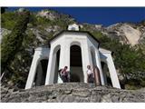 Cima SAT - po neskončnih lojtricah nad GardoLepo urejena vojaška cerkev visoko nad Gardskim jezerom