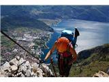 Cima SAT - po neskončnih lojtricah nad GardoOd izhodišča do vrha je potrebno premagati 1200 m višincev