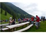 Slovenske planine v vseh letnih časihOkoli planšarije je veliko miz in klopi, da se osvežimo in posedimo.