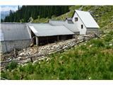 Slovenske planine v vseh letnih časihOvce so sigurno v obori zaradi movže.