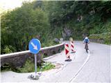 Kobariški Stolglavno cesto Žaga - Učja trenutno na več mestih popravljajo