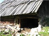 Slovenske planine v vseh letnih časihViden je hlev.