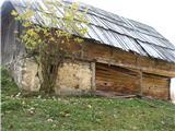 Slovenske planine v vseh letnih časihZidan del stana zgleda ,da je bil bivalen.Ostala stavba je bila lesena in krita s skodljami.