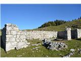 Slovenske planine v vseh letnih časihO nekdanji veličini planine pričajo veliki obsegi ruševin nekdanjih objektov.