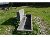 Slovenske planine v vseh letnih časihV korito je voda napeljana iz kapnice-izvira ni.
