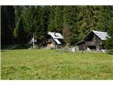 Slovenske planine v vseh letnih časihV desnem zgornjem kotu se striskajo tri luštne hišice.