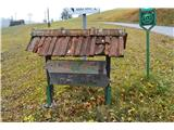 JavorčPri zadnjem bunkerju pa zavijemo s travnička na asfaltirano cesto .