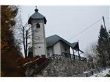 Znamenja (križi in kapelice) na planinskih potehRes krasno obnovljena cerkev.
