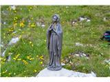 Znamenja (križi in kapelice) na planinskih potehMini Marija je tudi zraven.