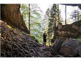 Žrd (2324m)Ob poti je tudi ogromna jama, v zatrepu katere se ne vidi konca. Iz nje veje hladen zrak