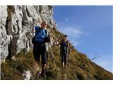 Alta via CAI Gemona (greben Lanež - Veliki Karman)Prečenje strmih pobočij pod omenjenim vrhom. Tudi tukaj suhe trave prav pridejo