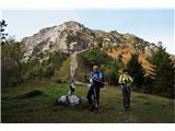 Alta via CAI Gemona (greben Lanež - Veliki Karman)Na sedlu je zanimivo obeležje s petelinom na vrhu. Te zgodbe v hribih še nisem zasledil