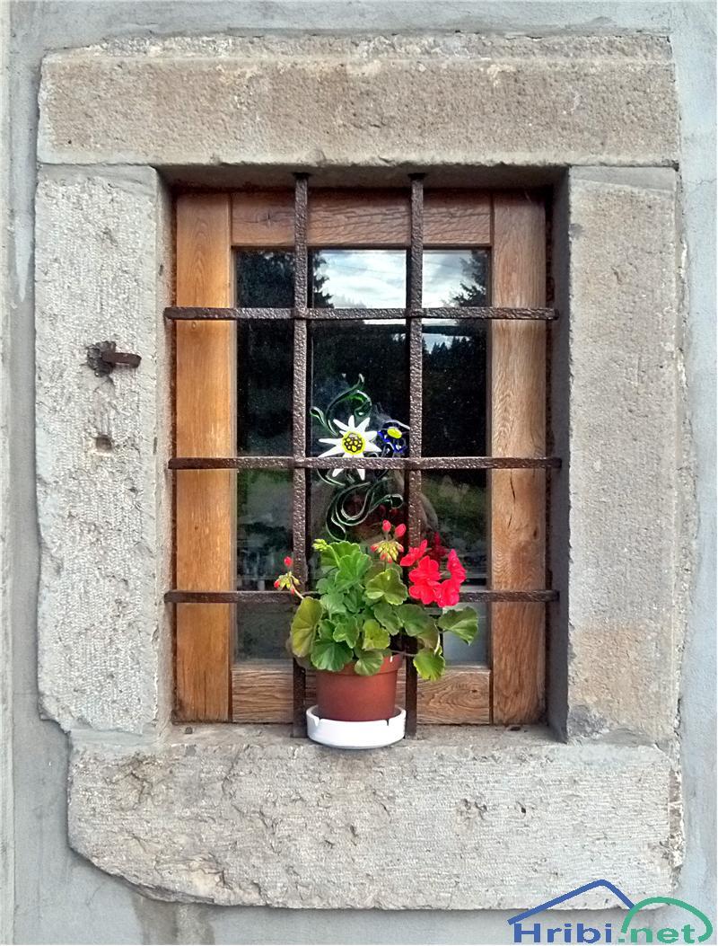 Refleksija na oknu Litostrojske koče na Soriški planini