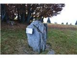 Kojca (1303m)Skrinjica z žigom in vpisno knjigo je na skali zadaj za spomenikom.